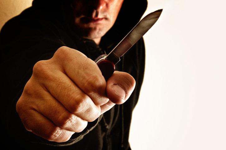 Бездомный с ножом напал на мужчину: Пострадавший в тяжелом состоянии